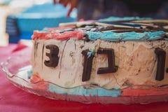 Decoração do número 3 do bolo de aniversário feita do chocolate no cak de creme Fotografia de Stock Royalty Free