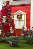 Decoração do Natal, árvore decorada no balcão da casa Imagens de Stock