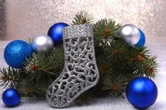 Decoração do Natal As botas ramos de árvore de Santa Claus e do Natal no fundo de madeira fotografia de stock royalty free