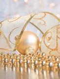 Decoração do Natal - bauble com fita Fotos de Stock Royalty Free