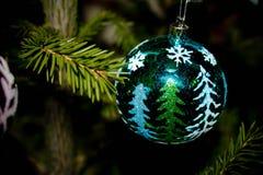 Decoração do Natal a bola verde fotografia de stock royalty free