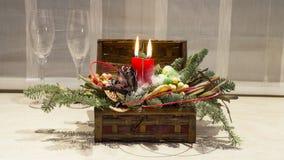 Decoração do Natal: caixa com velas, árvore de Natal e vidros de vinho Imagens de Stock Royalty Free