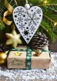 Decoração do Natal com árvore de abeto, caixa de presente, White Christmas coração e cones do pinho no fundo de madeira velho Imagem de Stock Royalty Free