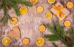 Decoração do Natal com árvore de abeto, cones do pinho, presente, pendente e cookies na forma dos flocos de neve Preparação para  Imagem de Stock
