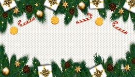 Decoração do Natal com árvore de abeto, presente, bastões de doces em k branco Imagem de Stock Royalty Free