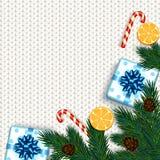 Decoração do Natal com árvore de abeto, presente, bastões de doces em k branco Fotos de Stock