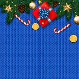 Decoração do Natal com árvore de abeto, presente, bastões de doces no kn azul Foto de Stock Royalty Free