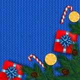 Decoração do Natal com árvore de abeto, presente, bastões de doces no kn azul Imagem de Stock