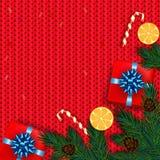 Decoração do Natal com árvore de abeto, presente, bastões de doces no KNI vermelho Foto de Stock Royalty Free