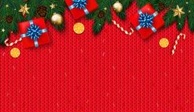 Decoração do Natal com árvore de abeto, presente, bastões de doces no KNI vermelho Fotografia de Stock Royalty Free