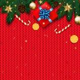 Decoração do Natal com árvore de abeto, presente, bastões de doces no KNI vermelho Fotos de Stock
