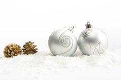 Decoração do Natal com as duas bolas vermelhas na neve Foto de Stock Royalty Free