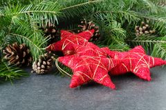 Decoração do Natal com as estrelas vermelhas na tabela com abeto Fotos de Stock