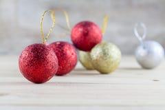 Decoração do Natal com a bola da quinquilharia no fundo de madeira da tabela fotos de stock