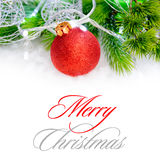 Decoração do Natal com bola vermelha, ramo verde do abeto e luzes brancas na neve ano novo feliz 2007 Imagens de Stock Royalty Free