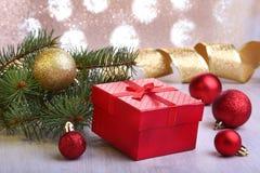 Decoração do Natal com caixas de presente, as bolas coloridas do Natal e a árvore de Natal em um obscuro, efervescente e fabuloso Fotografia de Stock
