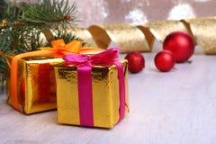 Decoração do Natal com caixas de presente, as bolas coloridas do Natal e a árvore de Natal em um obscuro, efervescente e fabuloso Imagens de Stock