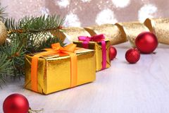 Decoração do Natal com caixas de presente, as bolas coloridas do Natal e a árvore de Natal em um obscuro, efervescente e fabuloso Foto de Stock