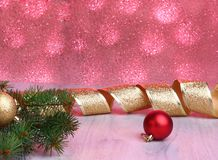 Decoração do Natal com caixas de presente, as bolas coloridas do Natal e a árvore de Natal em um obscuro, efervescente e fabuloso Foto de Stock Royalty Free