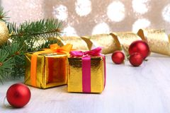 Decoração do Natal com caixas de presente, as bolas coloridas do Natal e a árvore de Natal em um obscuro, efervescente e fabuloso Fotografia de Stock Royalty Free