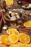 Decoração do Natal com fatias de laranjas secadas Fotos de Stock Royalty Free