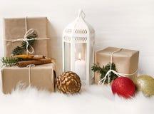 Decoração do Natal com lanterna, os presentes envolvidos e os ornamento da árvore Imagem de Stock
