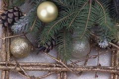 Decoração do Natal com os flocos de neve de prata e dourados das bolas nat Imagens de Stock