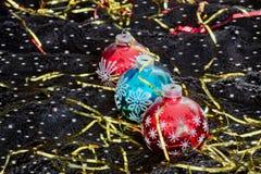 Decoração do Natal com os flocos de neve no veludo preto Fotos de Stock Royalty Free