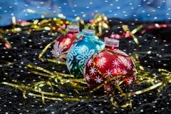 Decoração do Natal com os flocos de neve no veludo preto Imagens de Stock
