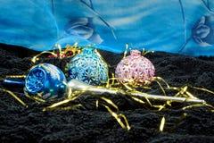 Decoração do Natal com os flocos de neve no veludo preto com um contexto azul Imagem de Stock