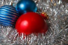 Decoração do Natal com ouropel e as bolas metálicos brancos Fotografia de Stock Royalty Free