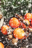 Decoração do Natal com tangerinas, porcas, galhos e flocos de neve Fotografia de Stock