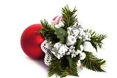Decoração do Natal com um presente e um bauble Fotografia de Stock