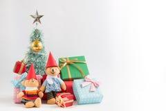 Decoração do Natal com urso bonito, um presente, a árvore de Natal, e a fita Fotografia de Stock