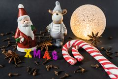 Decoração do Natal com varas de canela pão-de-espécie e especiarias foto de stock royalty free