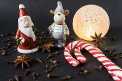 Decoração do Natal com varas de canela pão-de-espécie e especiarias fotografia de stock