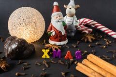 Decoração do Natal com varas de canela pão-de-espécie e especiarias foto de stock