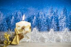 Decoração do Natal com vela, curva dourada, estrelas de prata, na Imagem de Stock