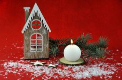 Decoração do Natal com velas aromáticas imagem de stock