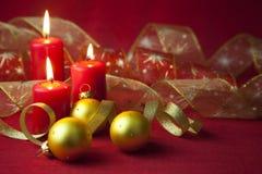 Decoração do Natal com velas e fitas Fotografia de Stock Royalty Free