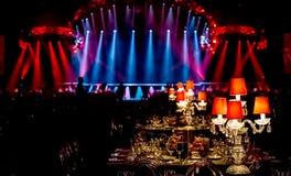 Decoração do Natal com velas e lâmpadas para um grande partido ou banq fotos de stock royalty free