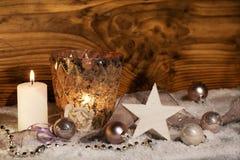 Decoração do Natal com velas na neve Fotos de Stock Royalty Free