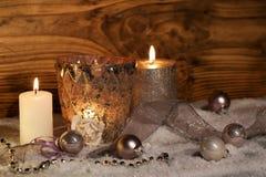 Decoração do Natal com velas na neve Foto de Stock Royalty Free