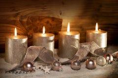 Decoração do Natal com velas na neve Fotografia de Stock
