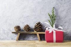 Decoração do Natal da caixa de presente vermelha com fita branca Foto de Stock Royalty Free