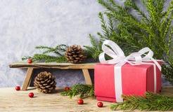 Decoração do Natal da caixa de presente vermelha com fita branca Fotografia de Stock
