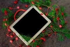 Decoração do Natal do cartão com estrelas vermelhas e o quadro preto Foto de Stock Royalty Free