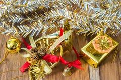 Decoração do Natal dourado e do ano novo no assoalho de madeira Fotos de Stock Royalty Free