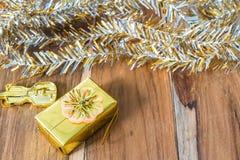 Decoração do Natal dourado e do ano novo no assoalho de madeira Imagens de Stock Royalty Free