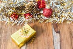 Decoração do Natal dourado e do ano novo no assoalho de madeira Foto de Stock Royalty Free